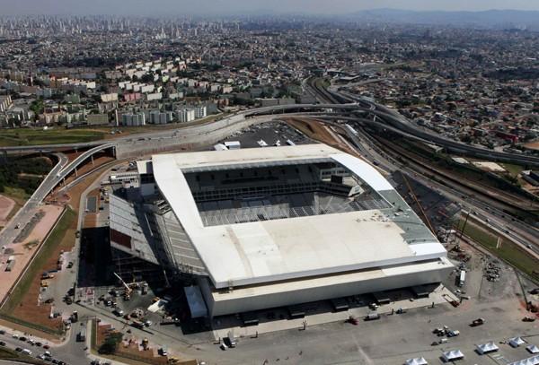 アレーナ・デ・サンパウロは、投資額が非常に大きかったにも関わらず、屋根もすべてのスタンドに架かっていないうえに駅からも遠い
