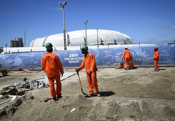 開幕直前までスタジアム建設が続くなど、インフラ整備に関しては大きな問題があった