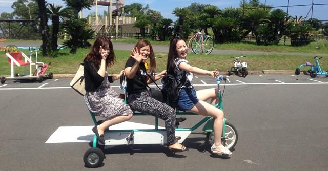 3人乗り自転車で遊ぶ女のコたち。まだまだ遊ぶぞ〜