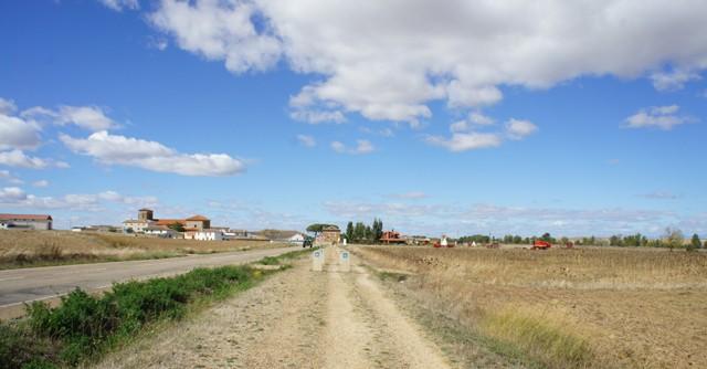 フランス国内はアップダウンがあるが、ピレネー山脈を越え、スペイン国内に入ると平らな道が続く。果てしなく広がる空と大地の間を歩いていると、吸い込まれそうな感覚になる