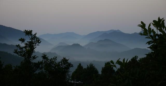 果てしなく連なる山々は、その数の多さから「熊野三千六百峰」と呼ばれる。早朝の雲海に出逢えるのも、歩く旅ならでは