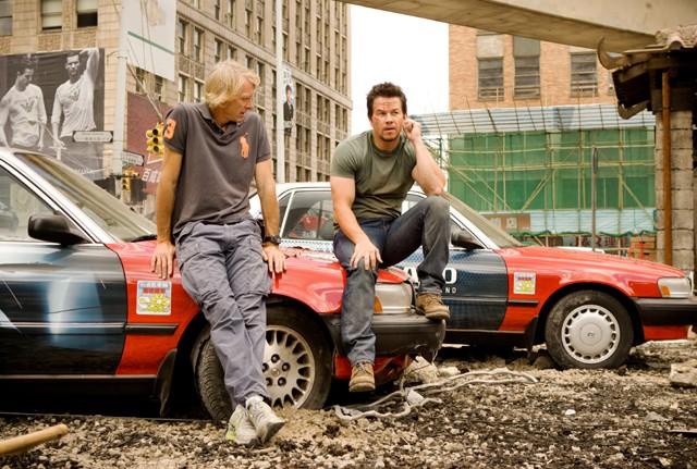 撮影現場でマイケル・ベイ監督(左)と