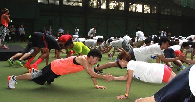 大神(左)は女子学生とペアを組んでトレーニング