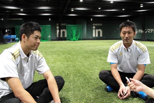 「この野球教室を受講した生徒の方が草野球で『ヒットを打てましたよ』という報告を聞くとうれしくなりますね」と笑顔で答えてくれた梅田(右)コーチと酒井コーチ