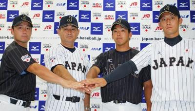 アジア大会での戦いでカギを握る投手起用に自信を見せる小島監督(左から2人目)