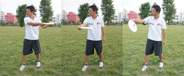 左:地面と平行に構える/中央:平行に移動させる/右:投げる瞬間に傾くとうまく投げられない