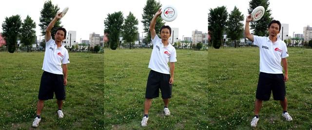 左:正しい投げ方/中央:フライングディスクの向き×/右:体から遠くで投げているので×