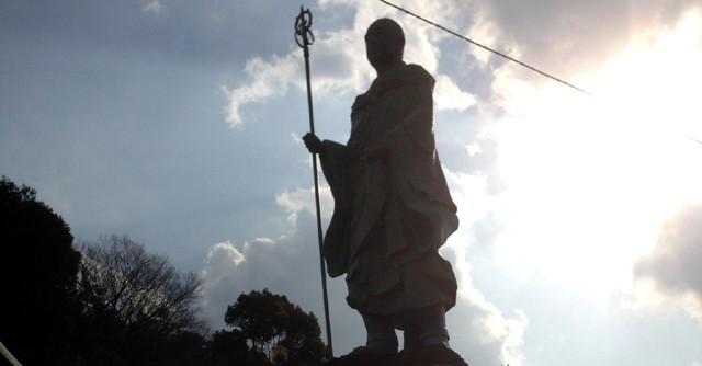 遍照院のシンボルは6メートルを超える「修行大師像」