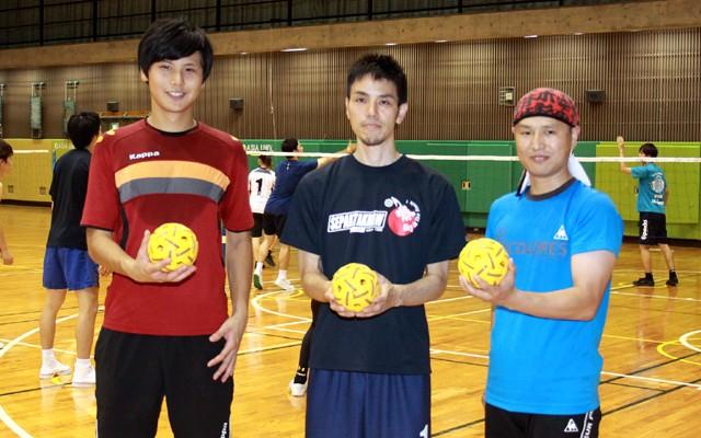 今回は日本代表の寺本進選手(中央)に講師を務めてもらい、セパタクローを体験してみた