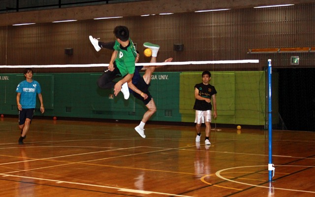 隣のコートでは大学生たちが練習。華麗な空中技が飛び交っていた