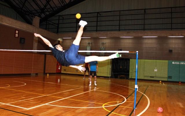 寺本選手のアタック。実際の試合では、時速100キロを超えてくる鋭いボールが飛び交う