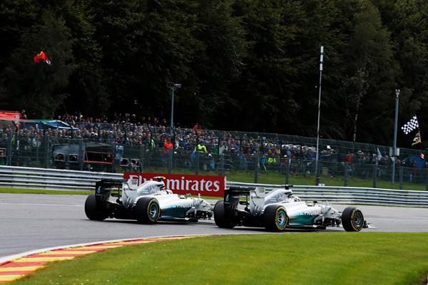 ベルギーGPのスタート直後、ハミルトンとロズベルグが接触。ハミルトンは大きく後退することとなった