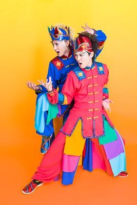 左がYURAサマ、右がLida。2人は多彩な衣装で人気を博したV系バンド、サイコ・ル・シェイムの元メンバー