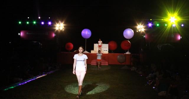 芝生の花道で行われたファッションショー。さすがは感度の高いランガールたち、目を光らせながら最新のランウエアをチェック