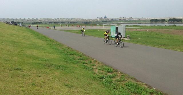多くの人が練習をしている荒川自転車道