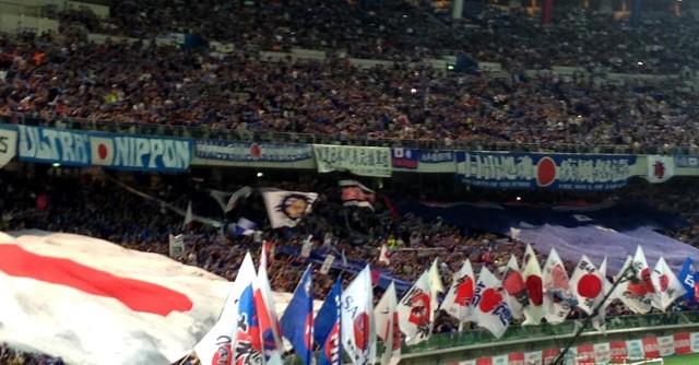 ゴール裏には国旗と大きなユニフォームが登場