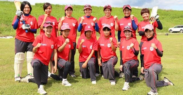 アジア大会では「楽しんでプレーする姿を見てほしい」と語るキャプテンの宮地静香選手(後列右端)。目標は前回大会の銅を上回る金メダルだ