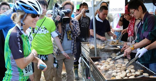 キャロライン・ケネディ駐日米国大使もエイドステーションの焼きホタテに舌鼓