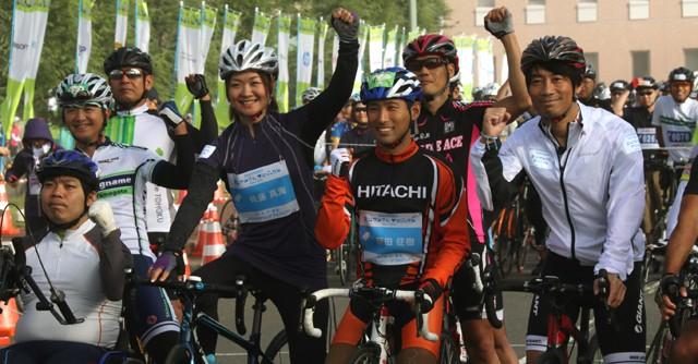 パラリンピック選手の佐藤真海さん(中央左)とスポーツジャーナリストの中西哲生さん(右端)も笑顔でスタート