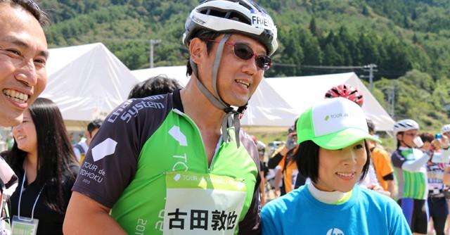 ボランティアスタッフとの写真撮影に応じる元プロ野球選手の古田敦也さん