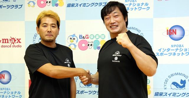 小橋(右)が一般向けにプロレスエクササイズを開発(左は協栄スポーツクラブの若林代表取締役)