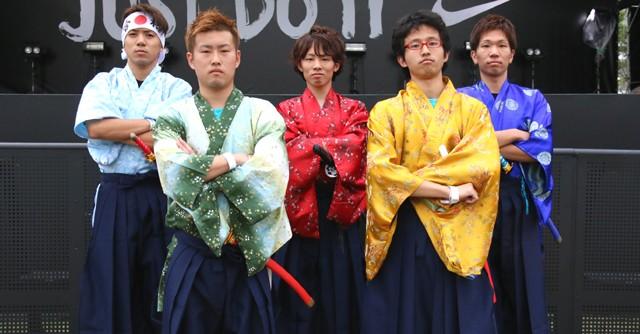 ダンスイベントにそろいの袴で登場