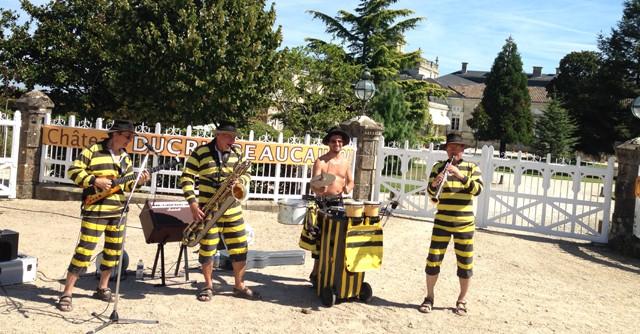 シャトーにはバンドがいて、音楽でもてなしてくれる。テーマに合わせて仮装しているバンドもいる