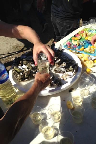 牡蠣のエイドでは白ワインが飲める