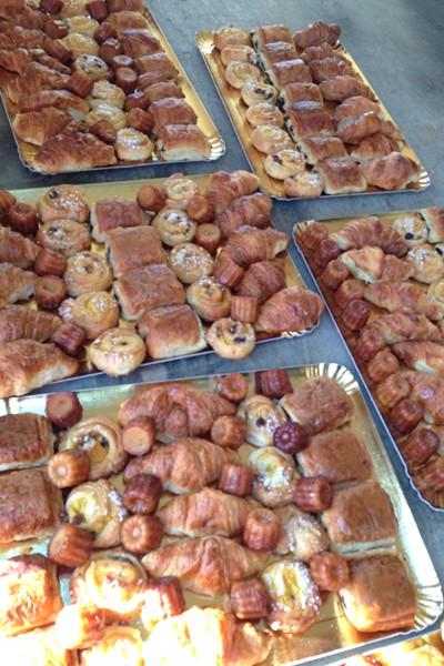 最初のエイドでは朝食が食べられる。クロワッサンがフランスらしい。日本でもかつて大ブームになったカヌレは、ボルドーが発祥のお菓子だ