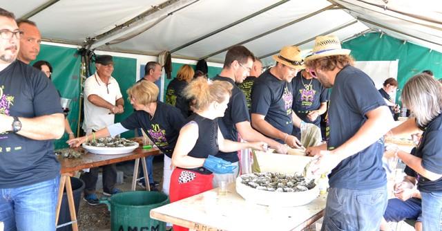 ボランティアの皆さんがせっせとむいて差し出してくれる。なんと17,000個の牡蠣を用意したという