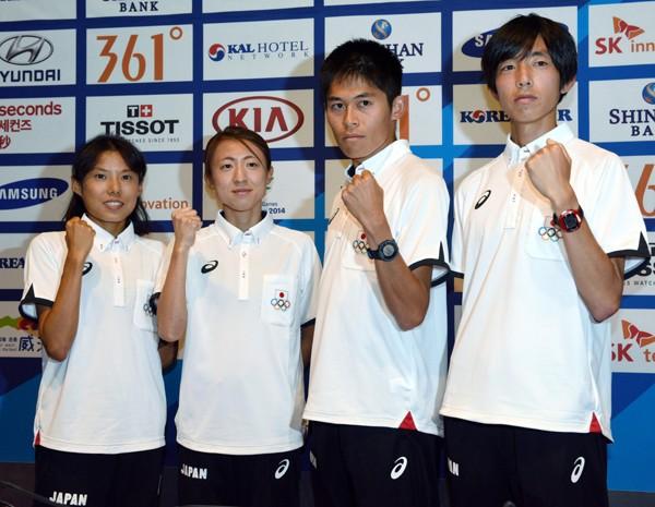 アジア大会のマラソン直前会見に臨んだ川内優輝(右から2番目)ら。目標は金メダルのみ