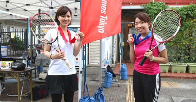 テニスの初日女子シングルスオープンの部で1位となった武元さん(左)と廣木さん