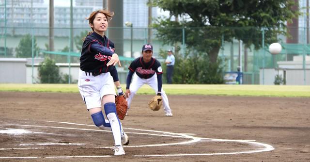 ソフトボールの会場では男子バッターを相手に女子エースが快投!