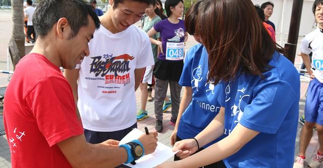 レース後には気さくに写真撮影やサインに応じる姿も