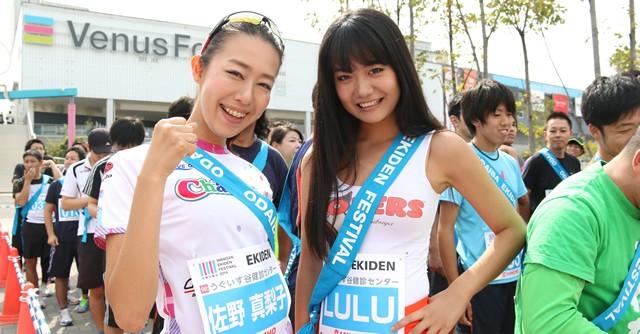 自転車ガールズユニット「ちゃりん娘」の佐野真梨子さん(左)、HOOTERS GIRLのLULUさん