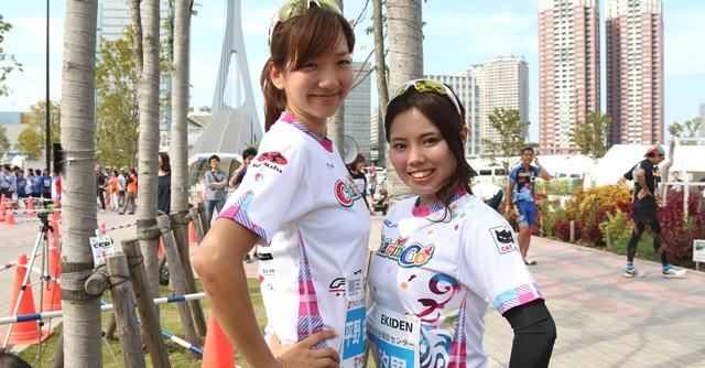 自転車ガールズユニット「ちゃりん娘」の平野由香里さん(左)、源汐里さん