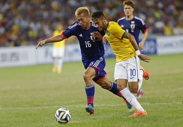 10月の代表戦で2試合連続で先発した広島の塩谷(左)。彼が目の当たりにしたネイマールという「世界」とは