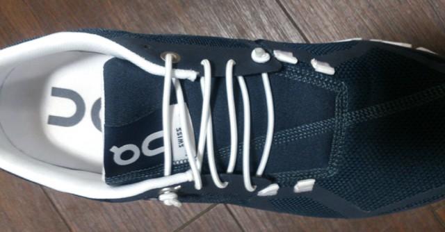 購入時には伸縮性に優れたラバーストリングが配され、スリップオンシューズとして着用が可能。カジュアルシーンやスポーツ後に最適
