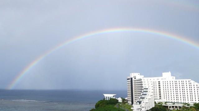 あまりの大きさに、虹の端までカメラに収まらなかった