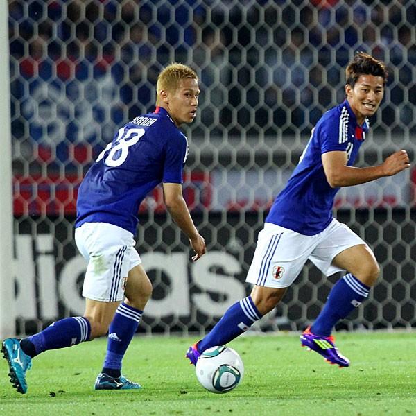 家長(右)らとともに過ごしたG大阪の下部組織では、ユースに昇格できず。この挫折経験が本田を強くした(写真は2011年の試合)