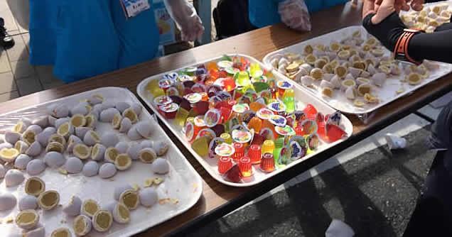 給水所にはさまざまな補食も用意されている。岩手県大船渡市の名物「かもめの玉子」もラインナップ