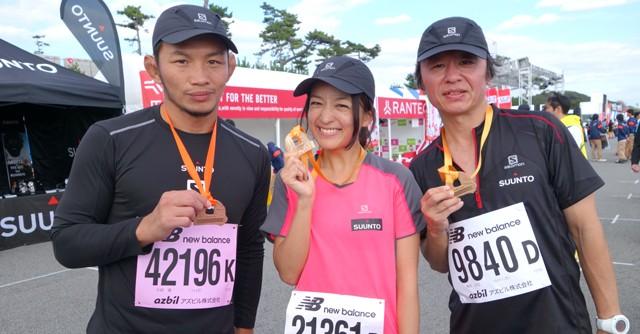 スポーツナビDoでもおなじみ、タレントの高山都さん(中央)、フリージャーナリストの南井正弘さん(右)と格闘家の宇野薫選手(左)も完走メダルを手にそろって笑顔