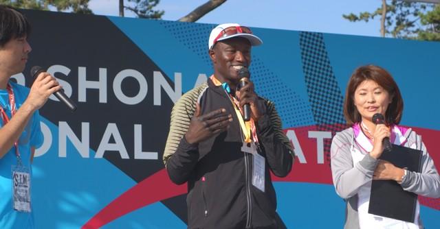フルマラソン一般男子の部に出場したワイナイナさんは4位でフィニッシュ。ゴール後はイベントで会場を盛り上げた