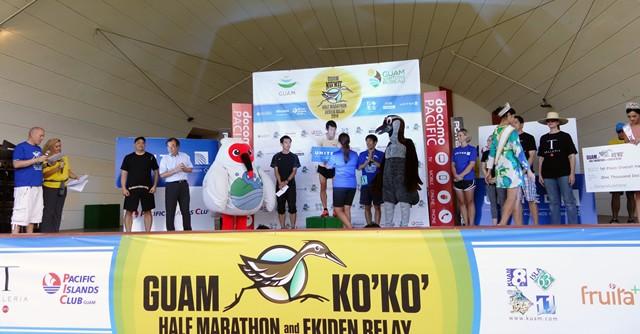 男子総合表彰式。東京都の河原井司さんが1時間13分30秒のタイムで連覇です