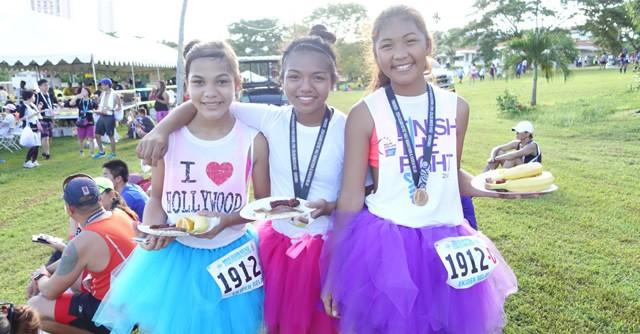 フワフワのチュチュスカートがかわいい女の子たち。駅伝リレーでメダル獲得、ニッコニコ