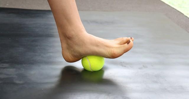 【写真1】テニスボールを足の裏でゴロゴロ……これだけでも気持ちいい