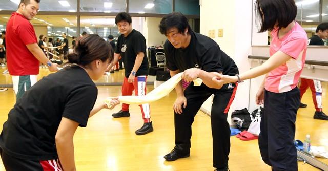 レッスンには女性も参加、小橋先生もところどころで冗談を言いながら和やかな雰囲気を作っていた