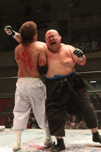 12.21横浜文化体育館ではBJWデスマッチヘビー級王座を争う宮本と小林