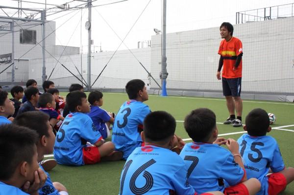 バンコク マハメークろう学校でサッカー部の指導を行っている相原は、教え子たちの日本遠征を実現させた