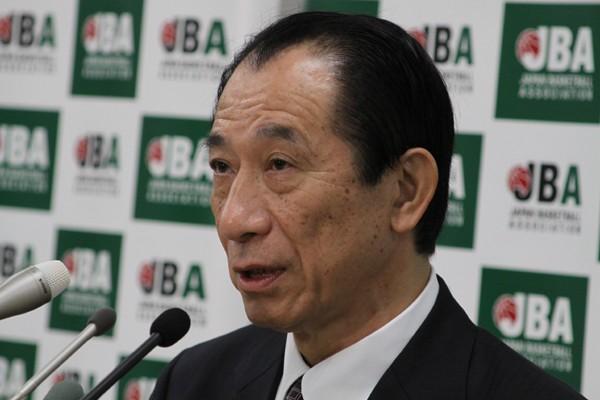 記者会見に臨む日本バスケットボール協会の丸尾会長代行